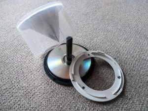 04. In das Bodenteil einer CD/DVD-Spindel ebenfalls ein Loch mit 100mm Durchmesser schneiden